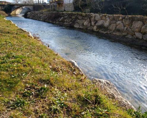 Paseo del río junto a la muralla / Ibaiaren alboko pasealekua harresitik hurbil (Antoñana)