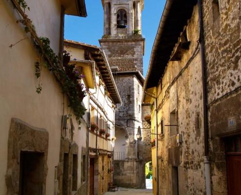 Calle hacia la Iglesia parroquial de San Vicente Mártir / San Vicente Mártir parrokia-elizara doan kalea (Antoñana)