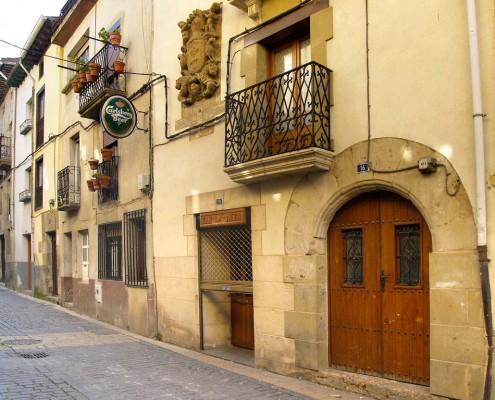 Casa blasonada y puerta con arco de medio punto de Santa Cruz de Campezo / Armarria eta erdi-puntuko arkua duen etxea Santikurutze Kanpezun