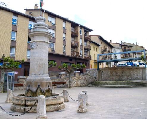 Plaza y fuente de Santa Cruz de Campezo / Santikurutze Kanpezuko plaza eta iturria