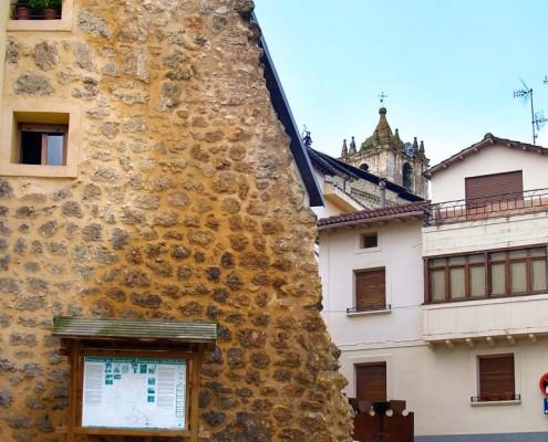 Restos de la muralla de Santa Cruz de Campezo / Santikurutze Kanpezuko harresiaren aurriak