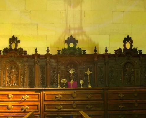 Cajonera tallada de la sacristía de la iglesia de la Asunción de Nuestra Señora de Santa Cruz de Campezo / Santikurutze Kanpezuko Andre Mariaren Jasokundea Elizaren sakristiako altzari erliebeduna