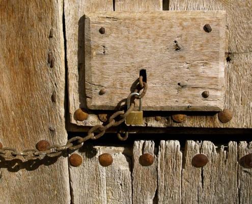 Puerta de madera con herrajes de una casa de Orbiso / Orbisoko etxe bateko egurrezko atea burdineriarekin