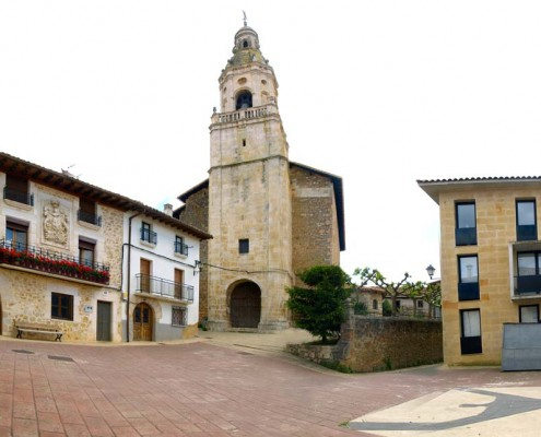 La plaza e iglesia parroquial de San Andrés de Orbiso / Orbisoko San Andrés parrokia-eliza