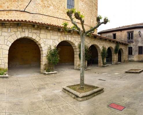 Soportales de la iglesia de San Andrés de Orbiso / Orbisuko San Andrés parrokia-eliza