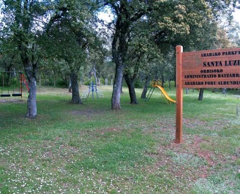 Juegos infantiles en el parque de Santa Lucía / Haur-jolasak Santa Luzia Parkean