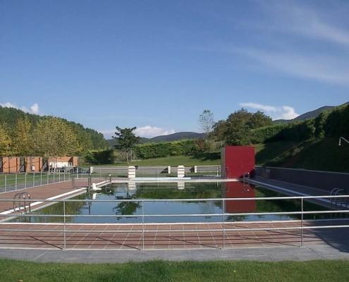 Piscinas en el Polideportivo las Cruces (Santa Cruz de Campezo) / Igerilekua Las Cruces Kiroldegian (Santikurutze Kanpezu)